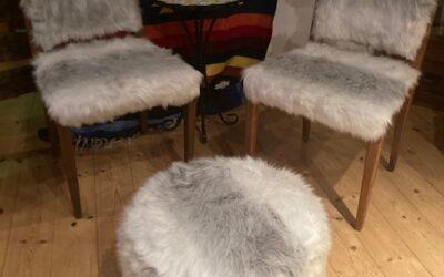 Två st Vintage stolar i konstpäls med fotpall 995Kr.